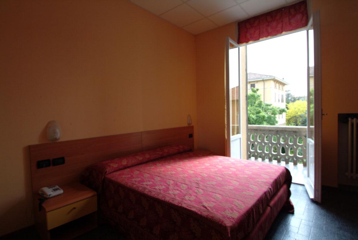 Camera matrimoniale con balcone hotel san geminiano - Camera matrimoniale con scrivania ...